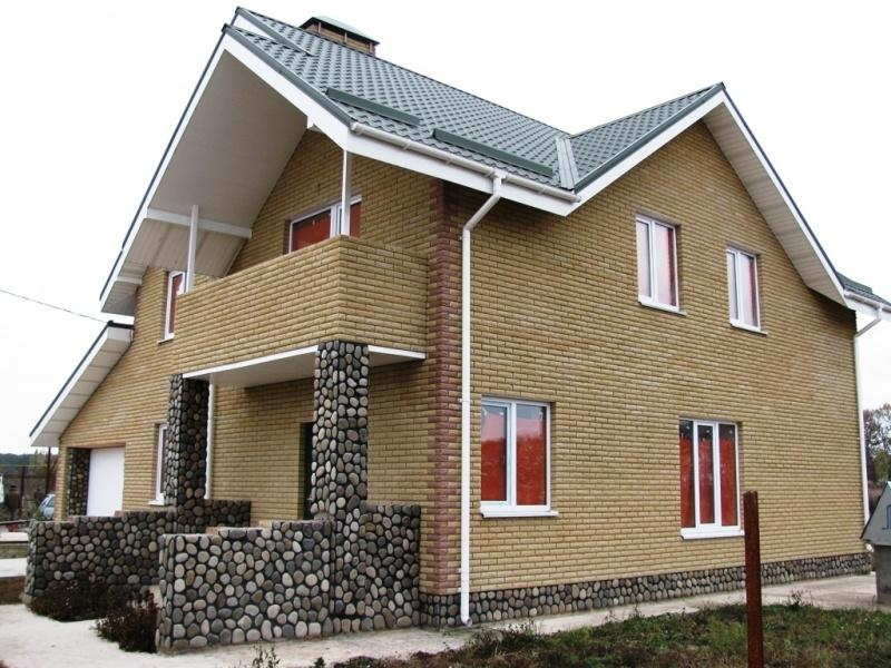 Дома из кирпича с балконом..